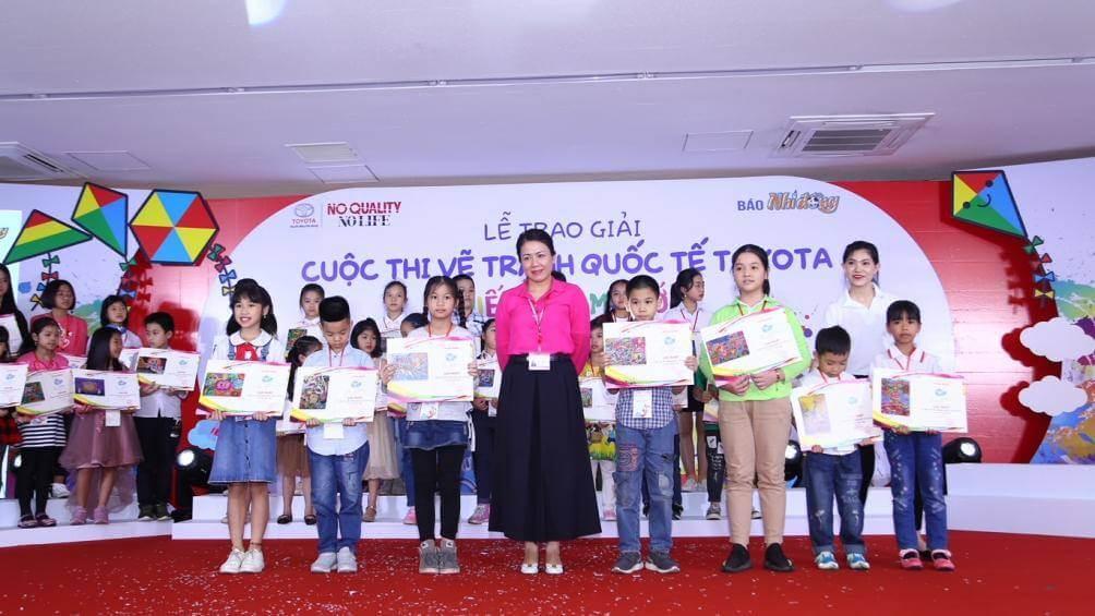 Bà Đỗ Thu Hoàng, Phó tổng giám đốc Toyota Việt Nam trao giải nhất cho các em học sinh